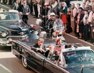22 Nov 1963, Dallas, Texas, USA --- President and Mrs. John F. Kennedy smile at the crowds lining their motorcade route in Dallas, Texas, on November 22, 1963.  Minutes later the President was assassinated as his car passed through Dealey Plaza. --- Image by © Bettmann/CORBIS
